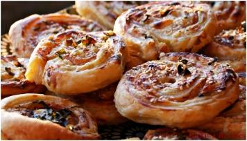 Rulouri din foietaj cu șuncă și cremă de brânză
