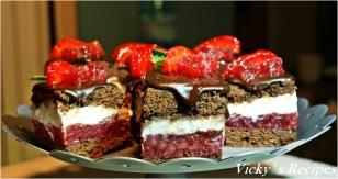 Prăjitură cu ciocolată, căpșuni și crema de smântână