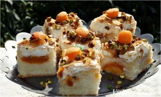 Prăjitură din albușuri cu caise și nucă de cocos