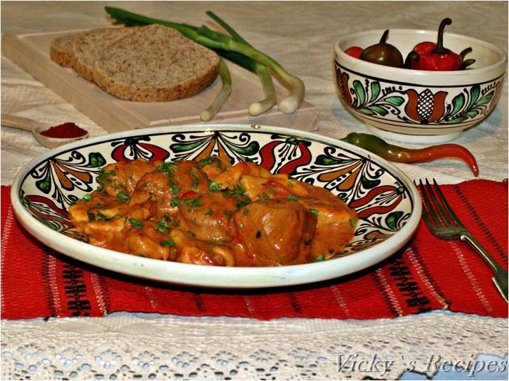 Papricaș de pui cu găluște de făină