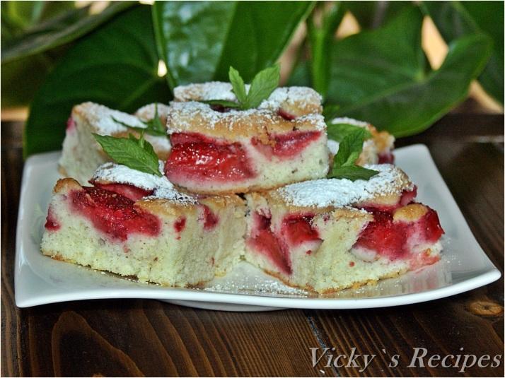 Prăjitură pufoasă cu căpșuni