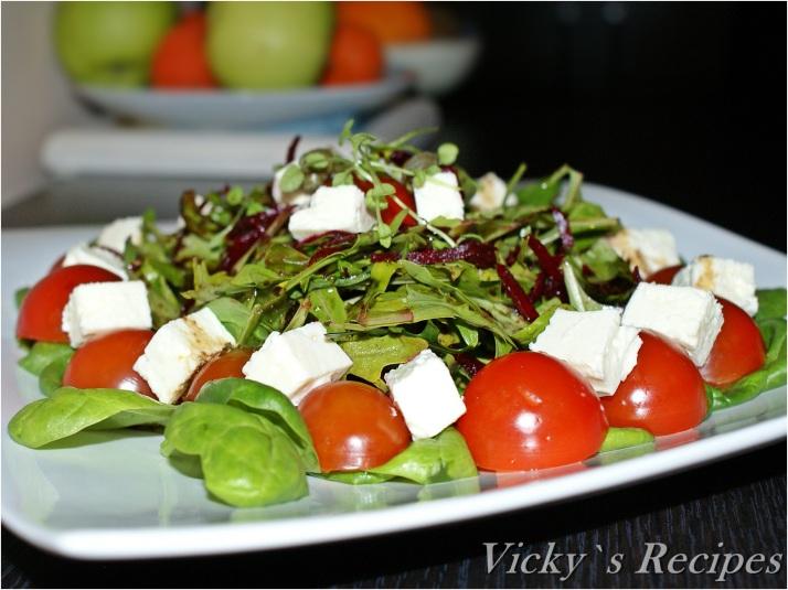 Salată de spanac, rucola, roșii cherry, sfeclă și brânză
