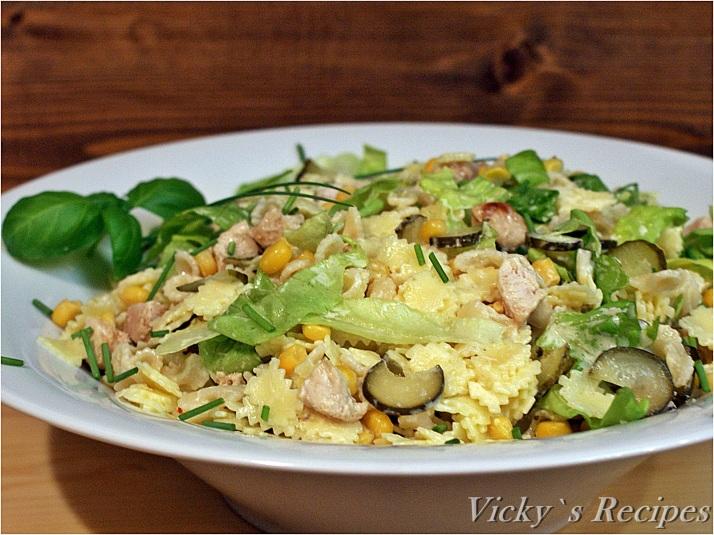 Salată de paste, piept de pui și porumb