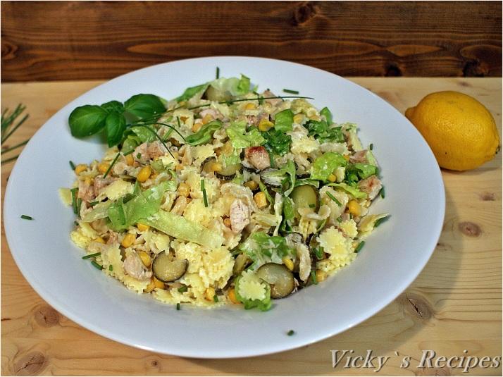 Salată cu paste, piept de pui și porumb