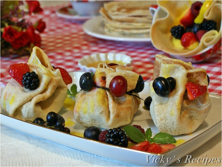 Trăistuțe din clătite cu fructe, cremă și sirop de lămâie