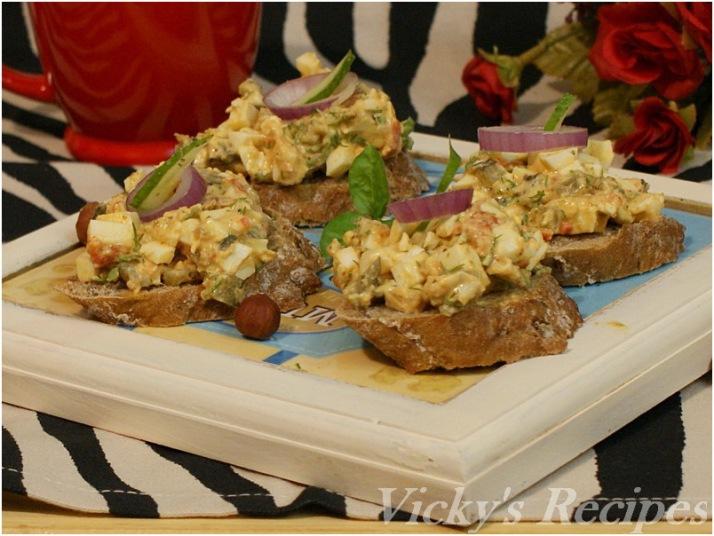 Salată de ouă cu ardei copt şi pesto