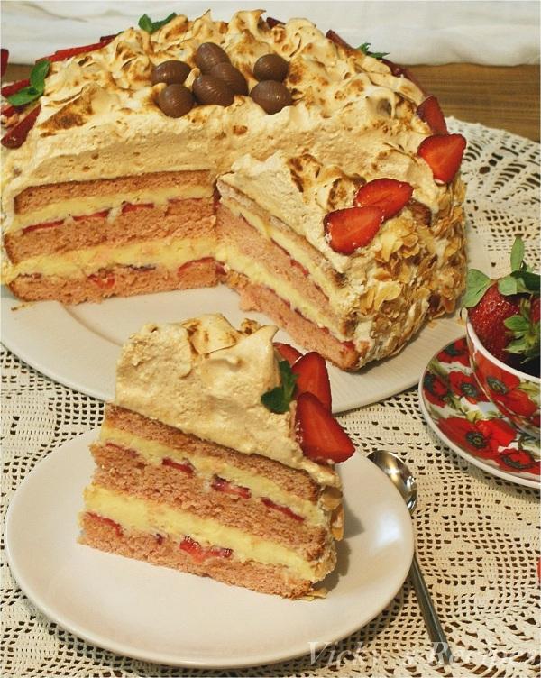 Prăjitură cu căpșuni, cremă de vanilie și bezea caramel