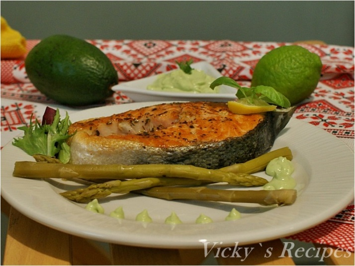 Rondele de somon la grătar cu sos de avocado