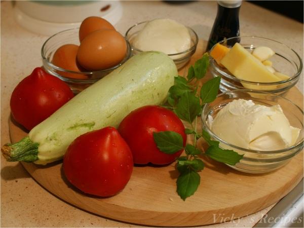 Budincă de dovlecei cu roșii și mozzarella