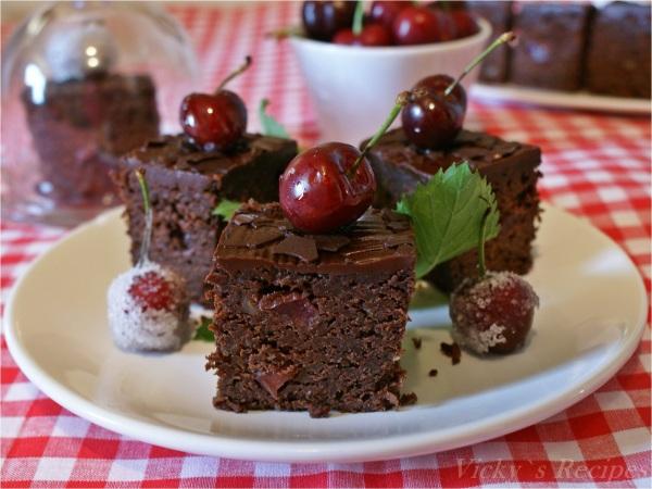 Prăjitură cu ciocolată, nuci și cireșe